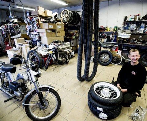 Ulf Robert Øverbye (47) og hans verksted er sjelden vare i 2017. I motorsykkelverkstedet på Jessheim er ingen motor for liten eller for stor, selv om det i hovedsak er motorsykler han reparerer. Men han sier ja til både gressklippere, båtmotorer, motorsager og annet som måtte lage lyd.