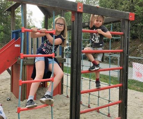VAFFELKOS: Søsknene Eira og Even Ruud Mysen lekte litt mens de ventet på vafler.