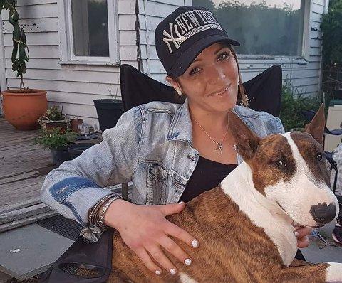 SOMMEREN 2019: Thea Halvorsen Braavold (31) og hunden Basse.