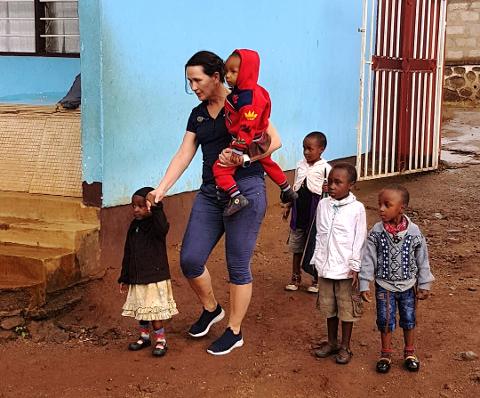STORE KONTRASTER: Kontrastene fra kommunalsjefjobben i Sandefjord til det frivillige arbeidet hun gjør i Tanzania er store for Bente Østbakken Aasoldsen (53). – Det er utrolig givende å være frivillig, og det er et stort høydepunkt å dra til Tanzania. Takknemligheten der er så stor, og det skal så lite til for å hjelpe, sier Bente, som på dette bildet er sammen med noen av de foreldreløse barna hun hjelper.