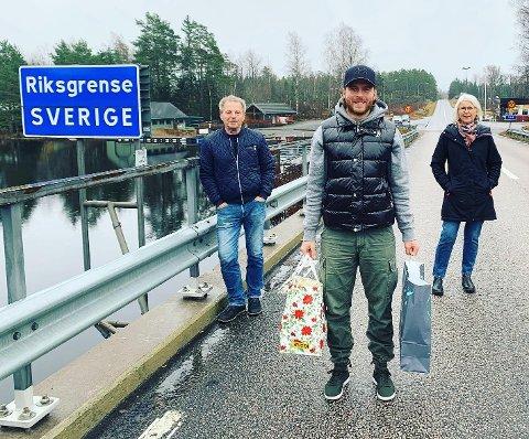 MØTTES PÅ GRENSEN: Lennart Olsson og Gunnel Jonsson på den svenske siden av riksgrensen og Anders Olsson på den norske siden av riksgrensen.