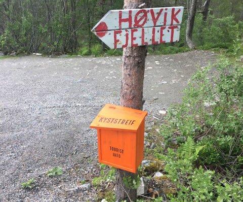 Denne oransje postkassen henger ved Høvikfjellet.