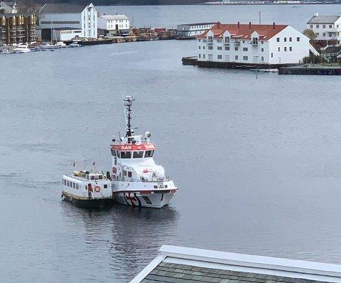 To av ikonene på havna i Kristiansund i skjønn forening. Redningsskøyta «Erik Bye» måtte mandag hjelpe sundbåten «Rapp» inn til kai.