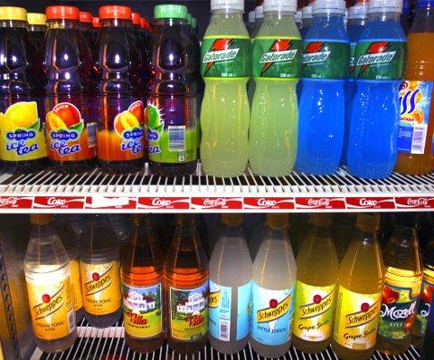 FRISTES FOR MYE: Forbrukerrådet vil ha slutt på at reklamekampanjer for blant annet søte og usunne drikker retter seg mot barn. Illustrasjonsfoto: NTB scanpix