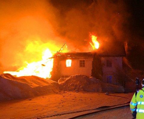 OVERTENT: Det eldre trebygget ved den gamle bibelskolen på Solvoll, i Våle, er fullstendig overtent.