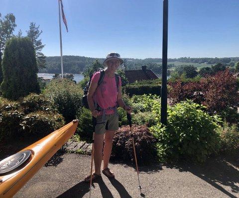 GLEDER SEG: Bare med en litt tyngre sekk er Cecilie Helstad (55) klar for å gå herfra i lavlandet og opp i fjellet.