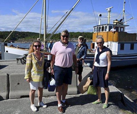 På tur: Anette Gjeruldsen, John A. Nilsen, Jens Erik Barstad og Elin Sandvold gikk i land i Holmesund og de fire var blant de mangefornøyde passasjerene som var med på medlemsturen med M/S «Søgne». Foto: Skibsaksjeselskapet Hesvik