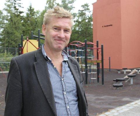 Ny fasade: – I uke 36 skal arbeidene ved Dyrløkkeåsen skole være ferdige, sier Karl Erik Slettebøe.Begge foto: Ole Jonny Johansen