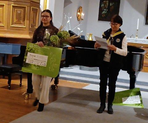 VINNER: Anne Chen Lillemo (15) får en sjekk på 5.000 kroner av Anne Marit Pettersen, presiden i Lionsklubb Ås/Eika som viser at hun er vinner av Lions kulturpris 2021.