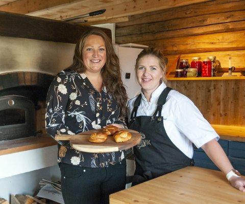 Klare: Karin Åsbø (til venstre) og Kristina Svinvik (til høyre) gleder seg til å ta imot gjester i henholdsvis bakeriet og restauranten.