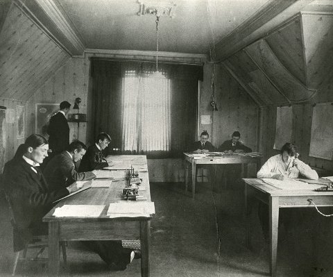 Bergensskolen innen meteorologi i 1919: På venstre side sitter Tor Bergeron, deretter Carl-Gustav Rossby, Svein Rosseland og Jacob Bjerknes (stående). På høyre flanke sitter assistentene Gunvor Førstad, Sverre Gåsland og Johan Larsen.