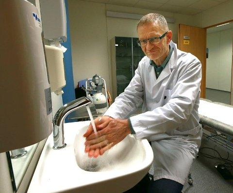 God hånd- og hostehygiene gjelder nå som ellers, sier smittevernlege Kai Brynjar Hagen, som jobber med beredskap mot koronosmitte.