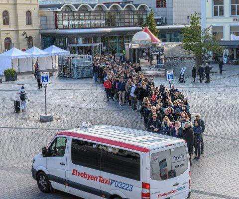 Enorme køer til taxi etter at Skøyen stasjon ble stengt onsdag morgen.