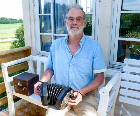 Bare glede: Richard Burgess har vært i England og kjøpt ny concertina. Forsikringen dekket alt for ham.