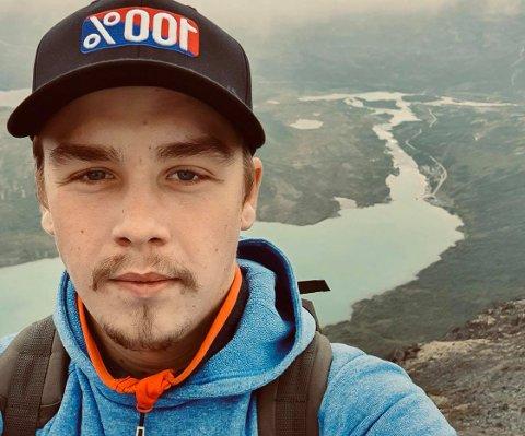 KAN VINNE: Carl Petter Olaussen (21) er en av tre lokale håndverkere som til nå er nominert i konkurransen «Norges hyggeligste håndverker».