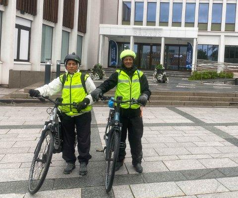 SPREKE: Aruna Shukla (65) og Rajendra Prasad Shukla (70) har allerede besøkt 328 av 356 kommuner på sykkel.