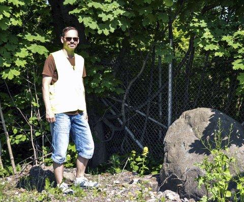 TOALETT: Frode Moholt Vestergaard i «Rusken» viser her fram friluftstoalettet i buskene på Linden.