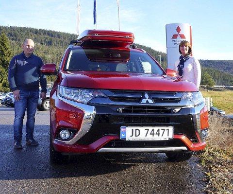 STORFORNØYD: Ekteparet Liv Mette Haga og Tor Magne Tveter og deres to mindreårige barn er storfornøyde med sin nye Mitsubishi Outlander plug-in hybrid .