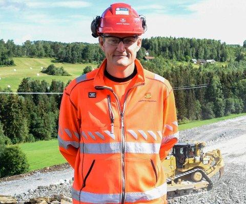 TOK GREP: Pål-Steinar Karlsen forteller om hvordan Statens vegvesen og entreprenøren snudde om på rekkefølgen da korona-problemene meldte seg i E16-utbyggingen.