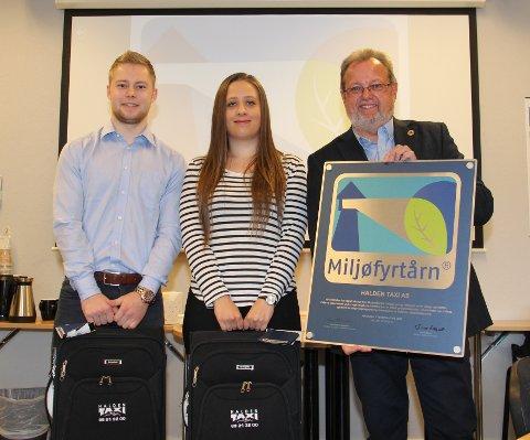 STUDENTER: Jonas Engebretsen og Madelen Huuse Piperud, her sammen med Bent Skogli, har hatt miljøsertifiseringen som sin oppgave.