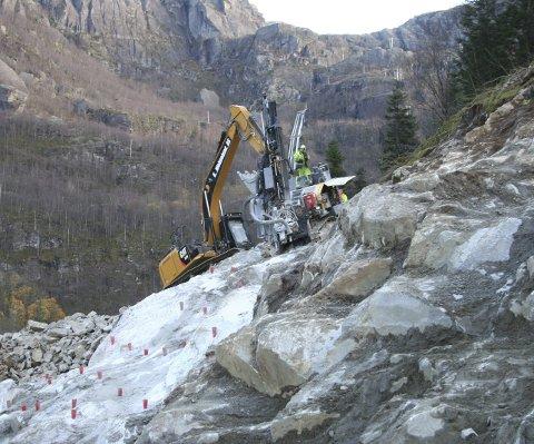 I gang:  Første del av anleggsarbeidet på Hardeland består i å grava og sprenga til ei forskjæring i fjellet.