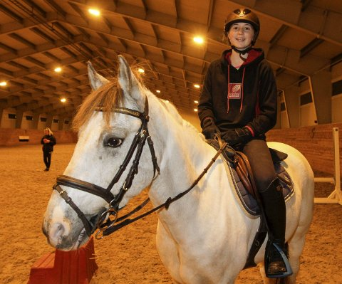 TIL NM: Erica Jørgensen Øien (13) skal på innendørs-NM i sprang for ponnier sammen med 10 år gamle  Max Lad.  FOTO: PER VIKAN