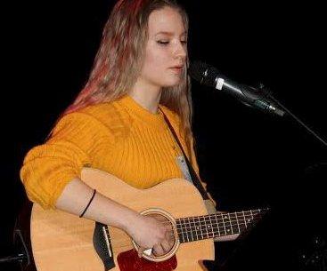 Gitar: Maren Brennbakk opptrådte med gitar og sang.