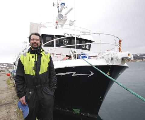 """FORNØYD: Aleksander Lyngberg er fornøyd med sitt siste kjøp,  """"Charmi."""" Men han legger til at med en båt som er 31 år, vil det alltid dukke opp noen småfeil. Og da kan man ikke være redd for å skru."""