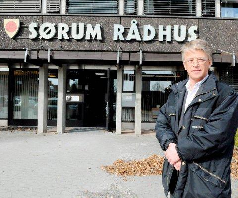 Hever røsten: Kontrollutvalgets leder i Sørum kommune, Tor-Arne Lie Jensen (H), advarer mot kritisk lav likviditet.Foto: Anita Jacobsen
