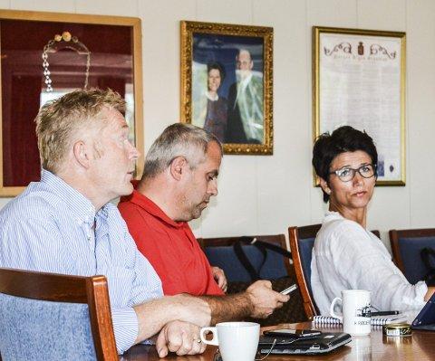 DEBATT: Senterpartiets Lars Henrik Sundby (t.v.) og Ragnhild Holmedahl (KrF) fikk ikke med seg Høyres Simen Solbakken på flertallsvedtaket i formannskapet om å ta imot flere flyktninger. Saken sluttbehandles i kommunestyret. Foto: Anne Enger Mjåland