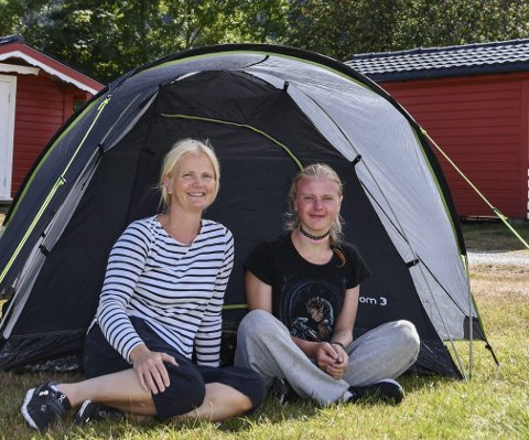 TELT OG FRILUFT: Kristin Aasestad (46) og dotter Alex Aasestad (17) skal nyta rolege dagar på Rabben Camping i Uskedalen, etter ein fantastisk tur på Folgefonna.