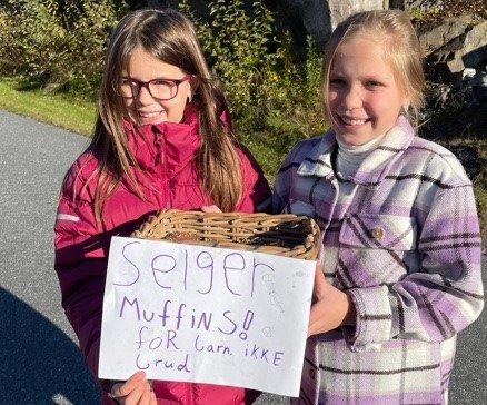 I AKSJON: Emilie McCarthy (t.v.) og Una Larsen går i femte klasse på Raumyr skole. De har samlet inn over 200 kroner til TV-aksjonen.