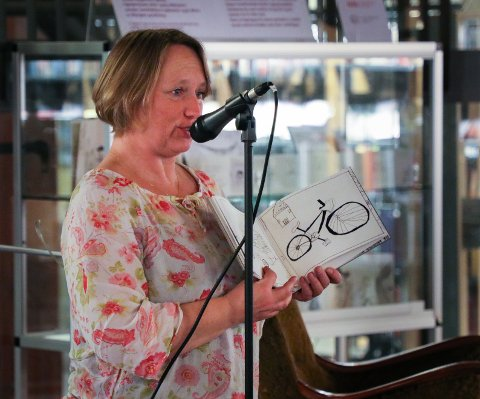 UTSTILLING: Billedkunstner Sophie Rodin presenterte «Min bok, Min stemme» på Moss bibliotek. Det er bøker med tegninger laget av asylsøkere.