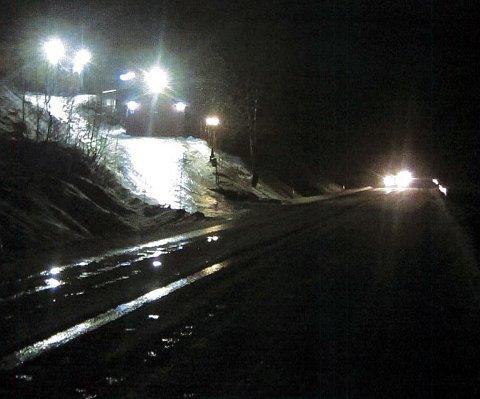 TRAFIKKFARLIG: Slik så det ut da vegvesenet var på befaring nylig. Kraftige lys fra et hus lyste ned mot fylkesvei 91 ved Breivikeidet. Foto: Statens vegvesen