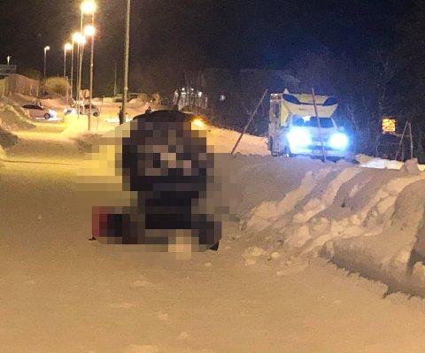 FUNNET TOM: En tom barnevogn er funnet på Kvaløyveien, rett over der hvor de fire personene ble hentet opp fra sjøen mandag ettermiddag.