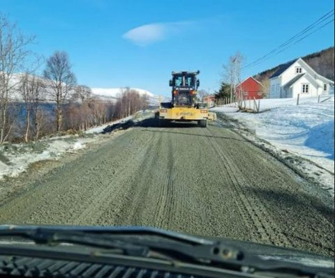 SKRAPET: Lørdag ble veien skrapet, og til neste uke skal det komme grus på fylkesveien på Reinøya.