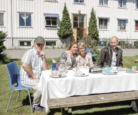 PÅ FLYTTEFOT: Ismail Sharif Zadeh og Zainab Mukhfari var blant de siste som flyttet fra Bjørnebekk. Her er de sammen med ordfører Ola Nordal og mottaksleder Marte Aasen.