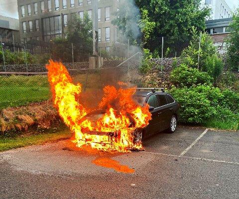 SØNDAG MORGEN: Rett før klokken 06.30 søndag morgen fikk politiet inn en melding om brann i en bil ved Sykehuset i Vestfold. Det ble ikke funnet personer i eller ved bilen.