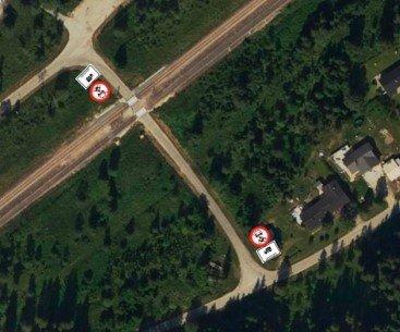 Her kommer det opp skilt om forbud for kjøretøy under 3,5 tonn å krysse planovergangen ved Skonseng stasjon.