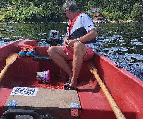 PÅ TUR: Elin Horns samboer Pål Engebretsen. speider inn mot bukta der båten deres har pleid å ligge på Høvikvollen.