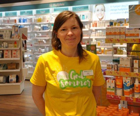 PASS PÅ FLÅTTEN: Kari Uhlving (34) anbefaler folk å være obs på flåtten under norgesferien.