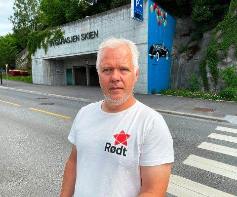 JAKTER BYGARASJEN: Politiker Rune Mathisen ser nærmere på Bygarasjen. Ikke alt framstår like presist, spesielt i forbindelse med styrehonorar.