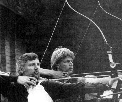 Den «gamle» mester og den kommende: Foran Johannes Akkerhaugen, ti ganger norgesmester og innehaver av to kongepokaler. OL-deltager i München i 1972. Bak unggutten Jarle Flathus fra Akkerhaugen, nummer fire i årets innendørs-NM.