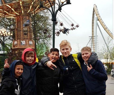 Jamal Jimmo, Hermann Skog Hansen, Khalill Jimmo, Barnabas Tolnai og Bastian Taknes på Liseberg. Foto: KAK