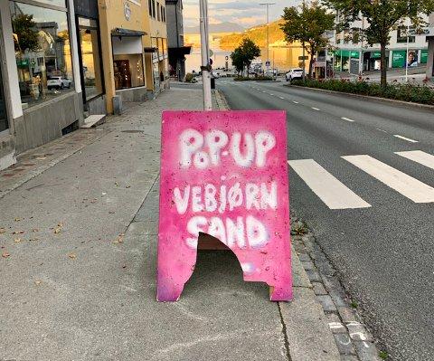 Slik fant Aune Sand skiltet på søndag. Da var det blitt utsatt for hærverk i løpet av natten. Ett døgn senere var skiltet helt borte.