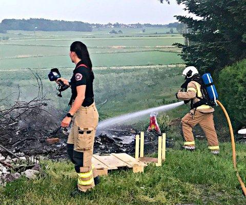 Det måtte 2.500 liter vann til for å slukke brannen i Slagendalen.