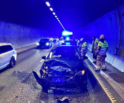 Den ene bilen fikk store materielle skader og måtte taues vekk etter sammenstøtet i Hemtunnelen.