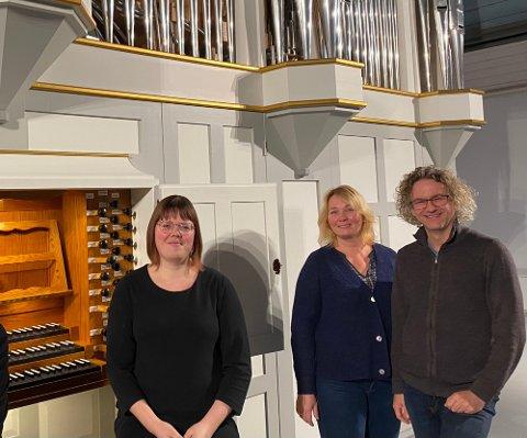 FÅR ROS OG PRIS: Kirkemusikerne Silje Vang Pedersen, Siv Anette Lorentzen og Bjørn Bratsberg får kulturprisen i Inderøy.