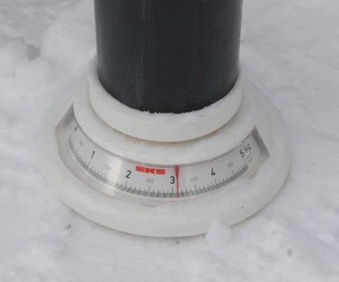 Så kan du måle kor tung snøen er, men hugs å trekkje frå tyngda av røyret, slik at det berre er snøen du får fram vekta på.