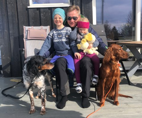 Tilbake til familien: Aylo (t.v.) og Arwen (t.h.) kom trygt tilbake til eieren Harald Hasfjord, hytteeier på Glåmos. Nå skal han nyte påsken med hundene og barnebarna Sverre William og Vilde Sofie.